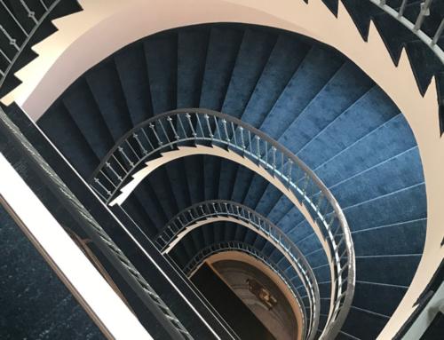 Hoteltreppe und Korridor