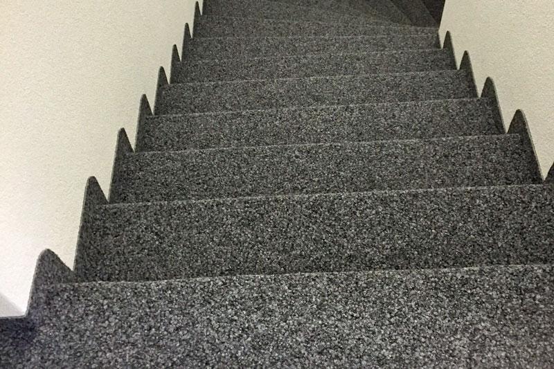 Treppe mit Kugelgarn