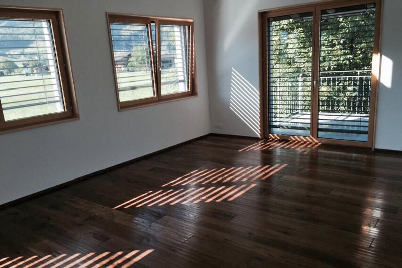 Wohnzimmer mit Bodenbelag aus Holz